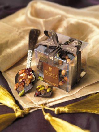 Tumeda või piimašokolaadi ruudud kuivatatud puuviljaga 200g